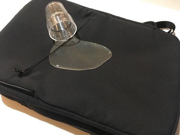小松精錬リュックにコップの水をかける写真