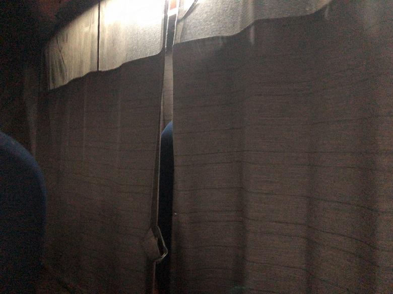 独立席のカーテン