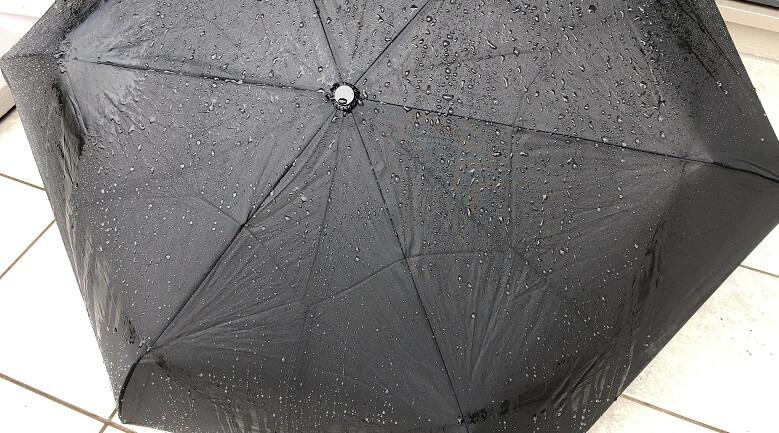 普通の傘に水をかけた後