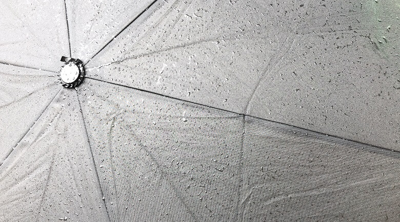 普通の傘の水滴を払った後