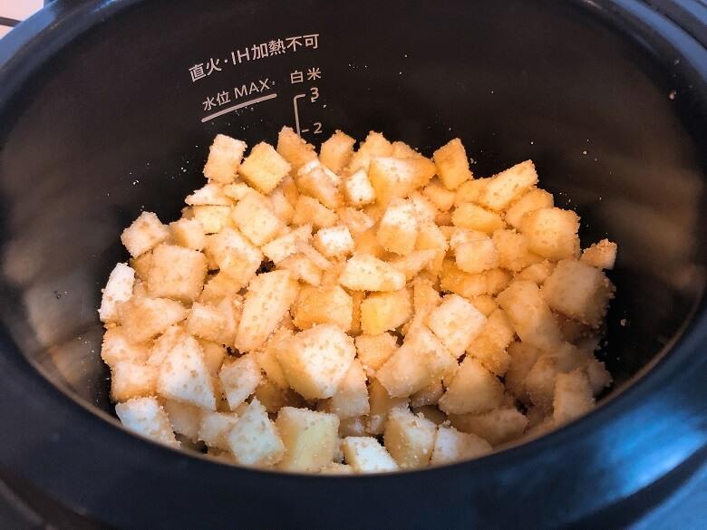りんごをカットして砂糖と混ぜる