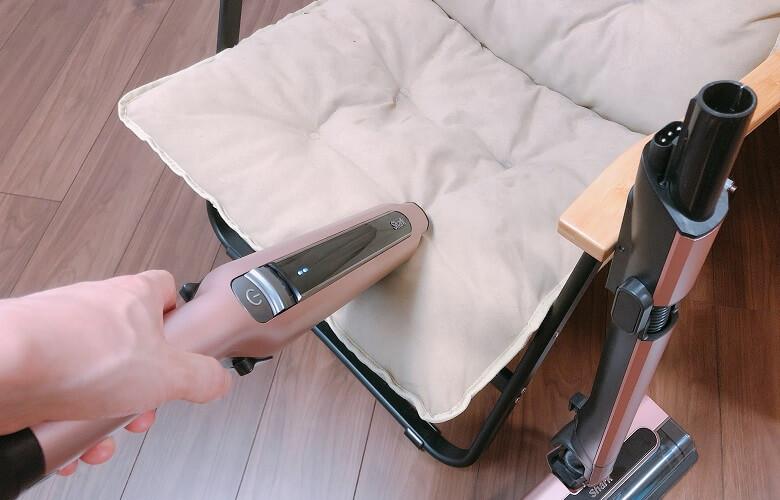 ハンディで椅子の座面を掃除